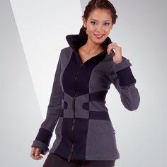 VESTE TIYAK de chez Chilia : Col haut, manches bien longues et fermeture centrale, la veste Tiyak  vous enveloppe d'un jersey doux et chaud. Résolument urbaine, ses couleurs composent un jeu de formes inédit.