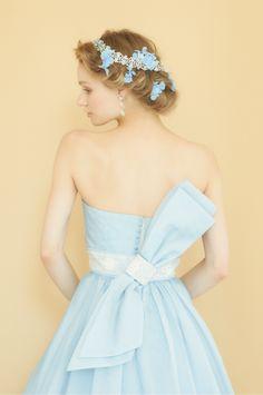 淡いラベンダーのオーガンジーとパープルのチュールのスカートが女性が持つ気高さと優美な印象を与えるカラードレスです。