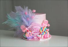Na een Candyland thema feest of foto schieten ze deze weinig hoed is een must have! Deze prachtige hoge hoed is gemaakt met satijnen stof. Voor een nog meer glamoureuze look heeft deze hoed zijn afgewerkt met veren, tulle, samen met schattige candy decoratie. Deze hoofdband is gemaakt