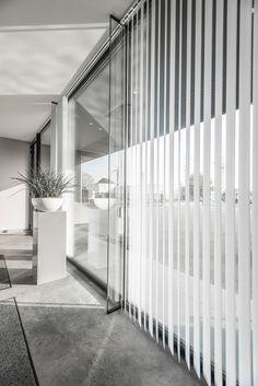 De op maat gemaakte verticale lamellen of reepgordijnen van Louverdrape® combineren feilloos functionaliteit, esthetiek en kwaliteit.  www.louverdrape.be
