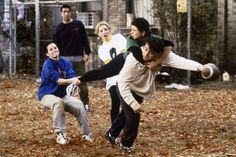 Here's how the 'Friends' production designer turned a stage into an NYC park for 'The One With the Football' Nothing makes you feel more than thankful than a Friends Thanksgiving episode — but for some of the folks behind the scenes, pulling off these… Friends Behind The Scenes, Friends Scenes, Friends Moments, Serie Friends, Friends Cast, Friends Tv Show, 3 Friends, Female Friends, Funniest Friends Episodes