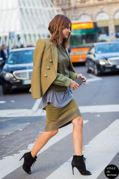 Christine Centenera street style olive blazer skirt How to dress in your and beyond. Update your go to outfits. Street Look, Street Style, Street Chic, Fashion Week, Star Fashion, Fashion Outfits, Fashion Trends, Street Fashion, Milan Fashion
