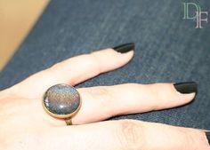 Bague grise à paillettes avec reflets arc en ciel, effet holographique. Grey polish glitter ring with holographic rainbow reflexion. http://divine-et-feminine.com/fr/bagues/79-bague-holographique-vernis-paillettes.html