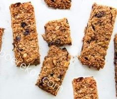 Super Easy No Bake Chewy Chocolate Chip Granola Bars. Loaded with almonds, pecans, honey and chocolate chips. The perfect on the go breakfast! Chocolate Chip Granola Bars, No Bake Granola Bars, Healthy Granola Bars, Mini Chocolate Chips, Yummy Snacks, Yummy Treats, Yummy Food, Cookie Desserts, Cookie Bars