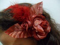 Flor de tecido com plumas