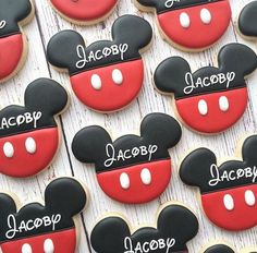 Mickey mouse is surely one of the most chosen themes for the little ones. If you are thinking about a magical and unforgettable Mickey Mouse Party, this pa Minnie Mouse Cookies, Biscuits Mickey Mouse, Mickey Minnie Mouse, Fiesta Mickey Mouse, Disney Cookies, Mickey Mouse Parties, Disney Parties, Mickey Mouse Desserts, Mickey Sugar Cookies