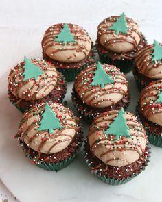 Christmas Cupcake Cake, Christmas Tree Food, Christmas Pretzels, Christmas Cake Designs, Christmas Food Treats, Christmas Chocolate, Christmas Sweets, Christmas Goodies, Christmas Desserts