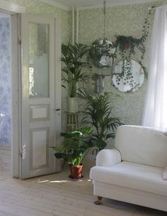 How to use that spare space to create something beautiful. ELLE Decoration, climbing plants, mirror, living room, home decor, monstera, murgröna