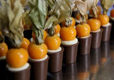 Doce fino: faça um copinho de chocolate recheado Mousse, Eggplant, Health Tips, Buffet, Deserts, Stuffed Peppers, Vegetables, Cake, Food