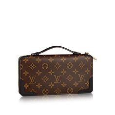 Discover Louis Vuitton Daily Organiser The Daily Organizer, inspired by the design of the Retiro and Estrala bags, is large enough to hold a checkbook, 21 cards, coins, banknotes, a passport and even your smartphone. Best of all, it can carried as an elegant clutch, thanks to its precious handle.