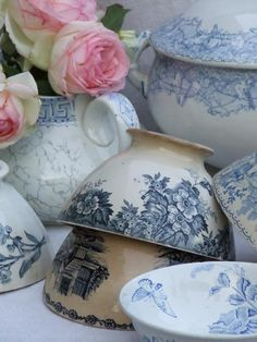 Love these blue tea cup designs. Beautiful...