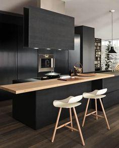 cuisine minimaliste, îlot de cuisine avec comptoir en bois, deux chaises en bois
