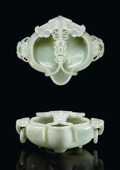 Coupe de mariage en jade céladon pâle sculpté. Chine, Dynastie Qing, Époque Qianlong (1736-1795). Photo: Christie's Images Ltd 2012    A Carved Pale Celadon Jade Lobed Marriage Bowl