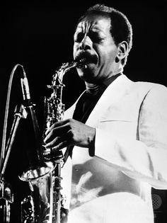 伊ローマでのコンサートで演奏する米ジャズミュージシャンのオーネット・コールマンさん(1983年6月30日撮影、資料写真)。(c)AFP/ANSA ▼12Jun2015AFP|サックス奏者オーネット・コールマンさん死去、フリージャズ牽引 http://www.afpbb.com/articles/-/3051447 #Ornette_Coleman
