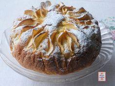 Torta con le mele grattugiate nell'impasto, non a pezzetti come in genere succede, buona e semplice, decorata in superficie con sottili fettine di mela.