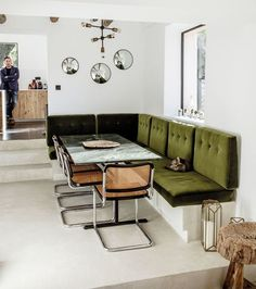 10 exemples de salles à manger avec banquettes - Amazing Foods Menu Recipes Coin Banquette, Banquette Seating In Kitchen, Dining Room Design, Dining Area, Dining Rooms, Dining Room Inspiration, Chair Design, Interior Design Living Room, Villa