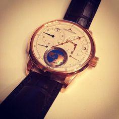 【hayashitokeiho】さんのInstagramの写真をピンしています。《【セミナー①】これより数回に分けて投稿します😎⌚️デュオメトル・ユニーク・トラベルタイム🌐✨手首に世界地図という謳い文句にコロッとやられそうになりました笑🗺✨ケース裏面には24タイムゾーンと合わせ各都市の名前が刻印されております👀❤️#watch#watches#jaegerlecoultre#fashion#stayle#三重県#津市#林#親父#時計屋#時計#研修#一コマ#ジャガールクルト#美の壺#堪能#ユニーク#トラベル#ファッション#スタイル#腕元倶楽部#コーデ#⌚️》