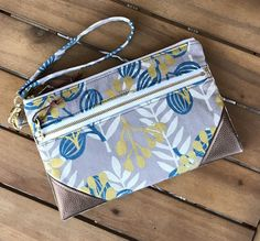 Diy Pouch No Zipper, Pouch Pattern, Cute Bags, Card Wallet, Purses, Leather, Feminine Products, Handmade Clutch, Print Fabrics