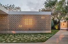 Pabellón by Taller de Arquitectura Contextual The double skin façade integrates the building and offers thermal comfort, privacy and security. Architecture 101, Contemporary Architecture, Architecture Interiors, Breeze Block Wall, Clinic Design, Small Buildings, Brick, House Design, Inspiration