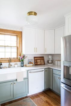 Pretty grey, white and gold kitchen design with modern meets vintage style