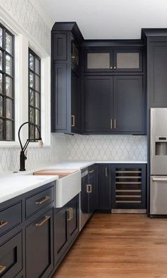 Küchen-Design-Ideen - Home Bunch Interior Design-Ideen - Home Design Dark Blue Kitchen Cabinets, Dark Blue Kitchens, Painting Kitchen Cabinets, Kitchen Backsplash, Kitchen Sink, Moore Kitchen, Navy Cabinets, Backsplash With Dark Cabinets, Green Cabinets
