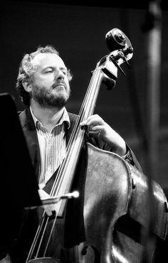 Niels-Henning Ørsted Pedersen fue un contrabajista de jazz de origen danés que nació el 27 de mayo 1946.