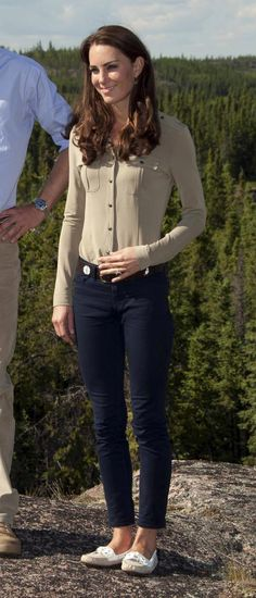 Kate Middleton poses in skinny jeans while in Canada. She looks great dressed more casually!