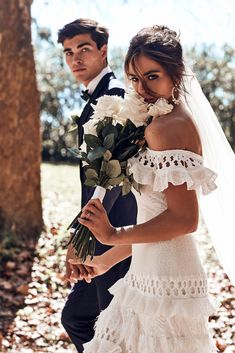 Wedding Pictures Grace Loves Lace featured on LOVE FIND CO. - A Grace Loves Lace bride is effortlessly cool. Captivated by the hand crafted designs Wedding Poses, Wedding Photoshoot, Boho Wedding, Dream Wedding, Wedding Day, Wedding Dresses, Wedding Tips, Wedding Ceremony, Ivory Wedding