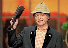 Erwin Pelzigauf der Bühne: Frank-Markus Barwasser spielt die Kunstfigur mit charakteristischem Cordhut, rot-weiß-kariertem Hemd und Herrenhandtasche.