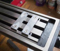 Low Profile Clamp – glue-it.com Metal Working Machines, Metal Working Tools, Machinist Tool Box, Milling Table, Homemade Tools, Diy Tools, Metal Workshop, Lathe Tools, Ideas