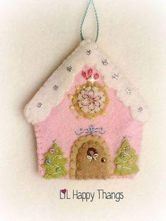 sweet little cottage ornament Felt Christmas Decorations, Felt Christmas Ornaments, Noel Christmas, Handmade Christmas, Christmas Projects, Felt Crafts, Holiday Crafts, Fabric Crafts, Felt Projects