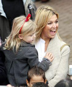 Reine Máxima aime clairement de Noël avec la princesse Alexia sur son bras.