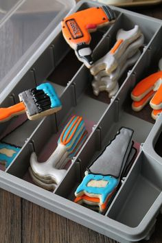 Adorable Father's Day decorated cookies idea: tool cookies in a (cheap & new) toolbox Man Cookies, Cute Cookies, Iced Cookies, Royal Icing Cookies, Cupcake Cookies, Sugar Cookies, Cookies Decorados, Galletas Cookies, Cookie Designs