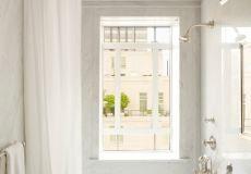 Klasszikus fürdőszoba, az összes fal és a mennyezet is teljesen burkolva