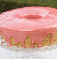 Aprenda a fazer um delicioso bolo de Liquidificador com Cobertura Trufada de Morango e Lascas de Chocolate para agradar você mesmo, família e amigos