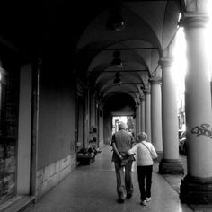 [gli amici di Iperbole fotografano] Camminare mano nella mano sotto i portici di Bologna non ha età :-)  instagram, foto di @ribes81