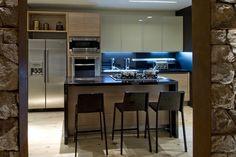 armário cozinha com vidro e cor diferente em cima.