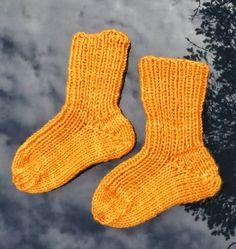Lester til barn // Childrens socks Kids Knitting Patterns, Knitting For Kids, Crochet For Kids, Knitting Socks, Baby Knitting, Crochet Granny, Knit Crochet, Knitting Videos, Kids Socks