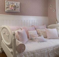 Quarto romântico de menina com papel de parede rosa.