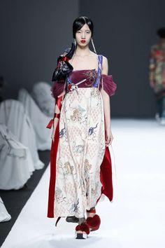 密扇 Mukzin, Fall-Winter 2017, Shanghai, Womenswear:: Big Fashion, China Fashion, Fashion Week, Fashion Art, Fashion Show, Fashion Outfits, Fashion Design, Womens Fashion, Style Haute Couture