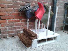 Een Laarzen-standaard met schoenen/laarzen-veger. Gemaakt van 2 bezems en 4 bezemstelen. Daarna geverfd met de grijze acrylverf! Alles van de Action behalve de pallet