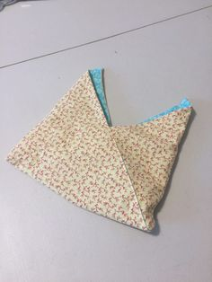Reversible Bento Bags from Less Fabric Tutorial – Shaunart.net French Seam, Fabric Gifts, Craft Bags, Straight Stitch, Denim Bag, Bento, Sewing Projects, Sewing Ideas, Hand Stitching