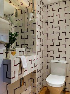 É revestido de azulejo cerâmico modelo Fatia Roxo, 15,4 x 15,4 cm, da Lurca, que…