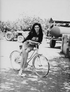 Monica Bellucci en bicicleta.
