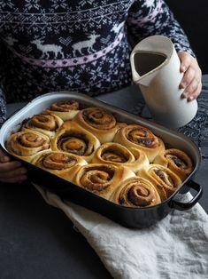 Taky to vidíte jako já? Zapálené svíčky, teplé ponožky, čaj a v ruce skořicový šnek... To je pohádka :)! O tenhle recept jste si hodně psali a já jsem za to opravdu moc ráda, protože tohle je podzim v jednom kousnutí... RECEPT a co na něj budete potřebovat Na těsto 240 ml vlažného mléka 70… Apple Pie, Waffles, Muffin, Baking, Breakfast, Wordpress, Food, Apple Cobbler, Morning Coffee