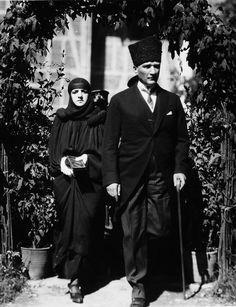 Mustafa Kemal Atatürk and his wife Latife Uşakizâde during a trip to Bursa, 1923 Blond, Elegant Man, Great Leaders, Ottoman Empire, Beautiful People, Che Guevara, Goth, History, Pictures