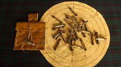 Set de Ogham de eucalipto e Fin Fede pirografado em couro.