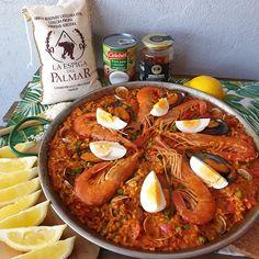 """Hoy te traemos """"Arroz Filipinan"""", un plato inspirado en la """"paella"""" al estilo filipino o lo que también llamarían """"arroz a la valenciana"""", aunque definitivamente está muy lejos de la paella real de Valencia. Tiene ingredientes que probablemente no puedas imaginar, ¡pero te recomendamos que seas aventurero y lo pruebes! 👉 ¿Qué tiene de diferente la versión filipina de este plato de arroz? lo puedes ver en nuestras recetas. Paella, Filipino, Valencia, Spicy, Curry, Joker, Ethnic Recipes, Food, Rice Bowls"""