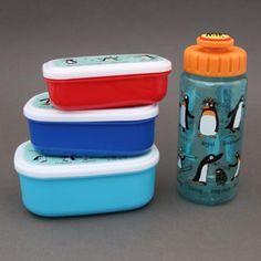 Lot 3 boites à goûter ou déjeuner et gourde sans BPA motifs Pingouins Tyrrell Katz. Tout ce qu'il faut pour transporter sainement le déjeuner ou le goûter à l'école ou chez la nounou.  http://www.lilooka.com/dehors/gourdes-et-boites-enfants-sans-bpa/lot-3-boites-a-gouter-dejeuner-et-gourde-enfant-pingouins-sans-bpa-tyrrell-katz.html