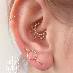 Check out this daith piecing by Sala Bodymod using the solid gold Anoora ring. … Schauen Sie sich dieses Daith-Piecing von Sala Bodymod mit dem massiven Gold-Anoora-Ring an. Black Diamond Earrings, Heart Earrings, Stud Earrings, Diamond Studs, White Gold Bridal Jewellery, Bridal Jewelry, Solid Gold Jewelry, Minimalist Earrings, Minimalist Jewelry